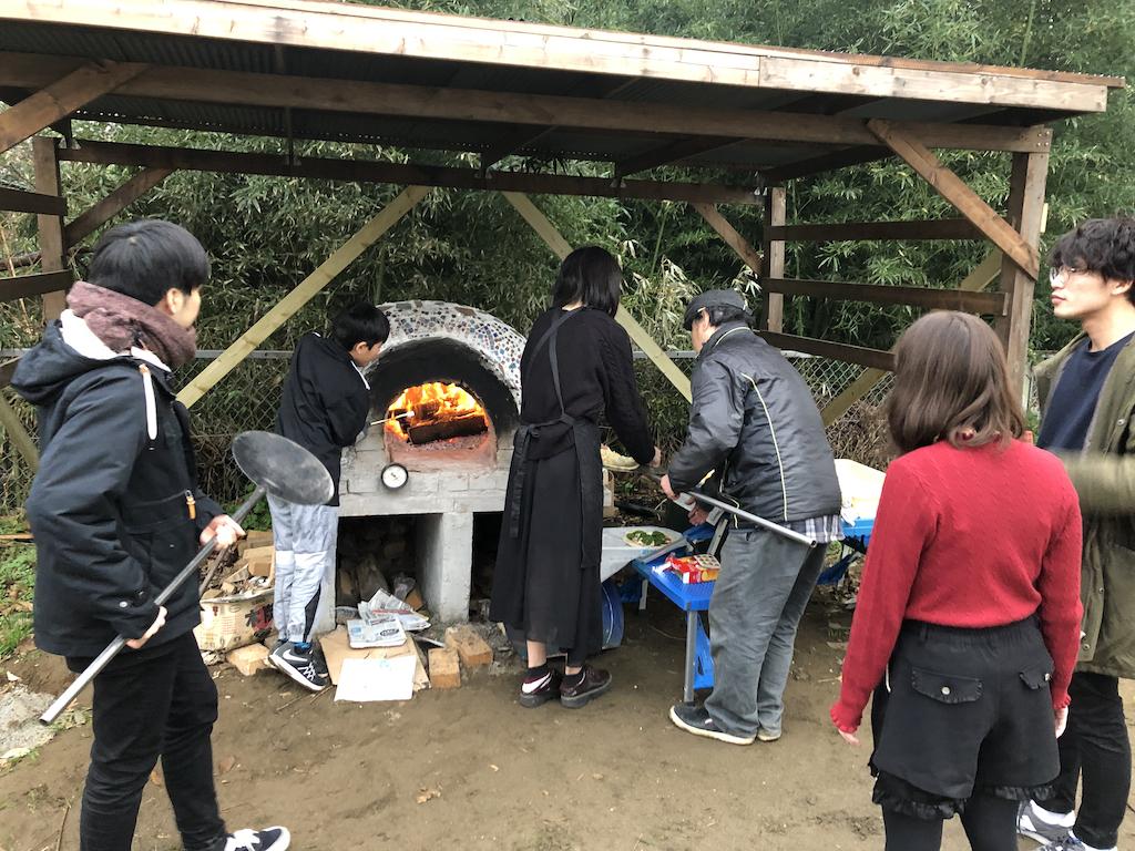 窯でピザを焼く風景
